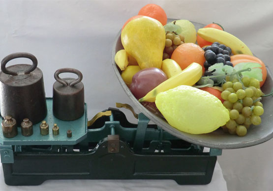 A set of scales with fruit on