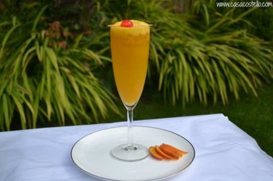 A photo of a glass of bellini mocktail